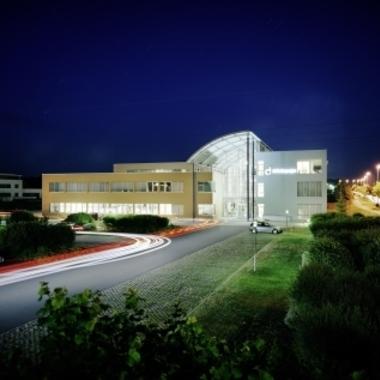 defacto.x - Hauptgebäude bei Nacht