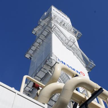 Die neue Lufttrennanlage wurde im 2010 eingeweiht. Mit fast 60 Meter ist es eines der höchsten Gebäude in der Region.
