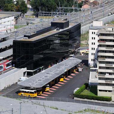 Der neue Visper Bahnhof befindet sich wenige hundert Meter von der Lonza. Die Lonza unterstützt Mitarbeitende, welche mit den öffentlichen Verkehrsmitteln anreisen, mit grosszügigen Beiträgen.