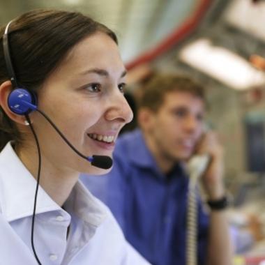 Fluglotsen an den Arbeitsplätzen der Streckenkontrolle