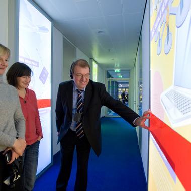 Datenschutz: nicht nur für Toll Collect ein wichtiges Thema. Anschaulich wird es durch eine Ausstellung im Haus, die auch öffentlich zugänglich ist. Infos unter www.datenschutz-im-dialog.de