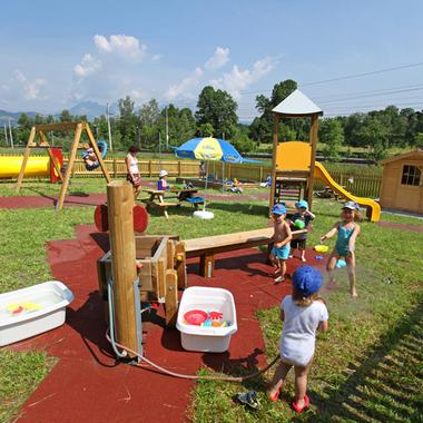 Der Firmen-Kindergarten/-krippe hat auch einen eigenen Spielplatz
