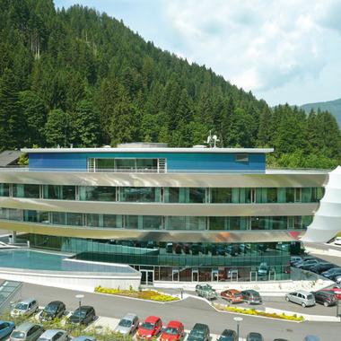 """Die Eurotours Zentrale in Kitzbühel - das Haus erinnert an ein Schiff und soll die Firmenphilosophie """"Stets auf zu neuen Ufern"""" widerspiegeln"""