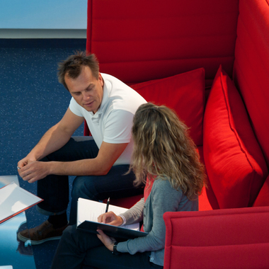 Die roten Sitzgruppen laden zu kreativem Denken ein