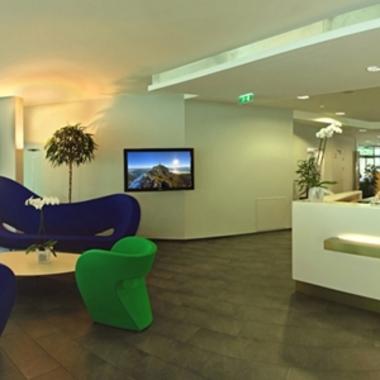 Schon der Empfangsbereich gibt Einblicke in die offene und helle Raumgestaltung des gesamten Gebäudes