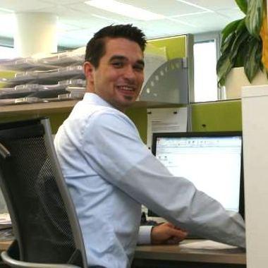 Kollege am Arbeitsplatz im IZD Tower in Wien