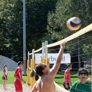 Mitarbeiterinnen und Mitarbeiter freuen sich über das Beachvolleyball-Turnier im Rahmen der VERBUND-Sporttage