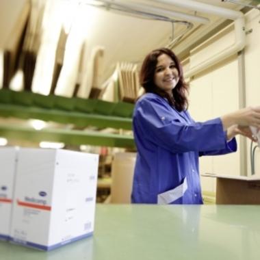 Speditionsmitarbeiterin beim Kommissionieren der Kundenaufträge