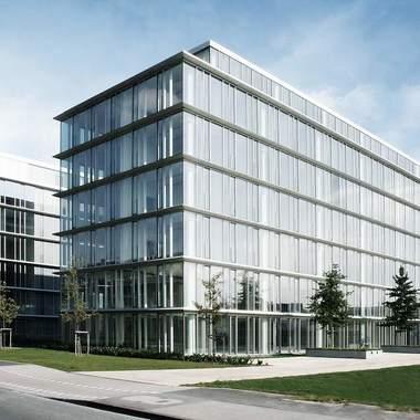 Unser Firmensitz in Düsseldorf ist perfekt an die öffentlichen Verkehrsmittel angeschlossen.