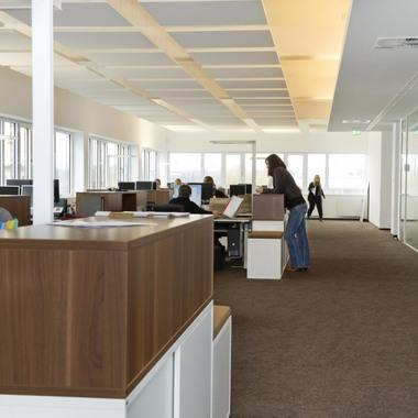 Lichtdurchflutete Büros sorgen für eine angenehme Arbeitsatmosphäre.