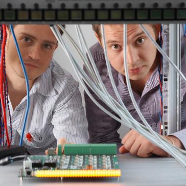 Starkes Team: Unsere Spezialisten im Entwicklungslabor für Hard- und Firmware von DELEC