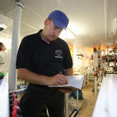 Unser Mitarbeiter bei der Vor-Ort-Inspektion im Hilfsmaschinenraum einer Mega-Yacht bei Nobiskrug
