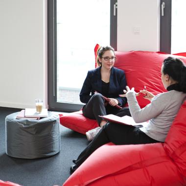 """Produktivität in entspannter Atmosphäre - am Schreibtisch, auf den """"Fat Boys"""" oder in unserer Lounge."""