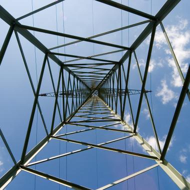 Blick von unten in einen Freileitungsmast