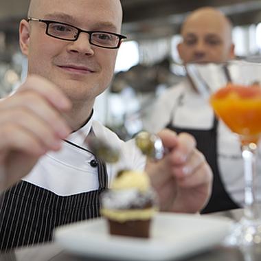 In unserer bankeigenen Küche zaubern unsere Köchinnen und Köche zusammen mit unserem Kochazubi köstliche Speisen sowohl für unsere Kantine wie auch unser Gästescasino zur Bewirtung unserer Gä...