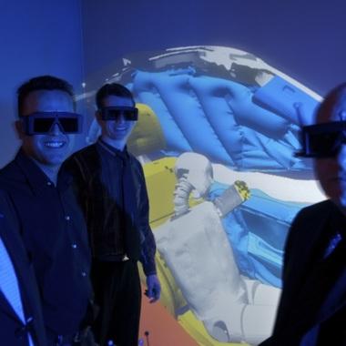 Auch in virtuellen Realitäten werden Crash Simulationen bei Faurecia erprobt.