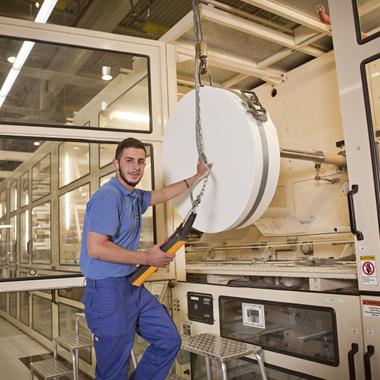 Wir bieten viele verschiedene Ausbildungsberufe an, zum Beispiel zum Anlagen- und Maschinenführer.