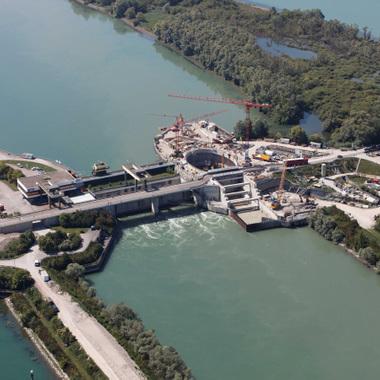 Das Laufwasserkraftwerk am Rhein ist derzeit das größte seiner Art in Europa. Durch die fünf Turbinen fließen im Schnitt pro Sekunde 1.500 Kubikmeter Wasser – das entspricht 10.000 Badewannen.