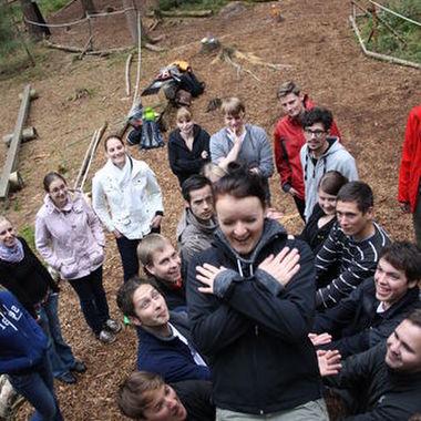 Gegenseitiges Vertrauen und Teamwork: Gemeinsam lernen die Teilnehmer durch Teambuilding-Übungen zusammenzuarbeiten.