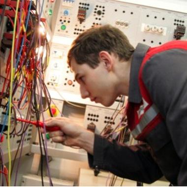 In unserer staatlich ausgezeichneten Lehrwerkstätte am Standort Gmunden bieten wir eine umfassende und interessante Ausbildung für den Beruf Elektrotechnik Hauptmodul Energietechnik.