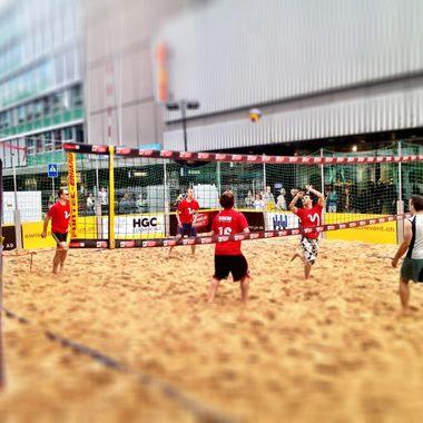 Die Sportbegeisterten in der MySign nehmen gemeinsam am Beachvolleyball Event oder am Zürcher Silvesterlauf teil.