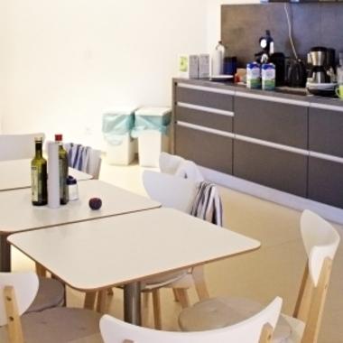 Auf jeder Etage befinden sich große Küchen, in denen man sich gern einfach trifft oder gemeinsam die Mittagspause verbringt.