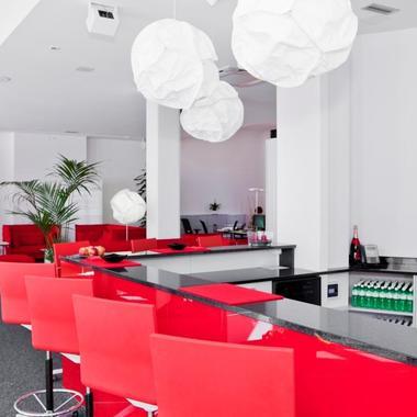 Unsere Büros sind nicht nur Arbeits- sondern auch Begegnungszone. Deshalb gibt es überall gemütliche Bars, Lounges oder Cafeterien, die zum Networking einladen.