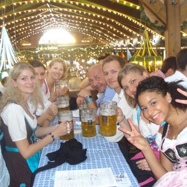Die ALTEN Mitarbeiter aus München beim alljährlichen Wies'n-Besuch – natürlich wird stilecht in Dirndl und Lederhose angestoßen.