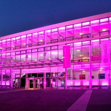 Für ein Kundenevent auf der European Coatings Show erstrahlte das Gebäude in Deep Purple.