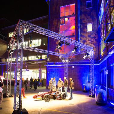Nacht der Ausbildung in Darmstadt. Azubis und Ausbilder stellen verschiedene Berufsbilder vor und führen durch den Standort.