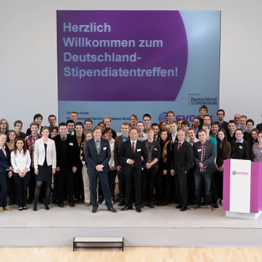 Evonik stärkt die Förderung des wissenschaftlichen Nachwuchses und unterstützt mi dem Deutschlandstipendium im Studienjahr 2012/2013 mehrere Hochschulen mit mehr als 180 Stipendien.