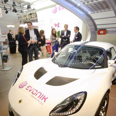 Ganz im Zeichen der Elektromobilität - die Austellung des Lotus auf dem Evonik-Stand auf der IAA.