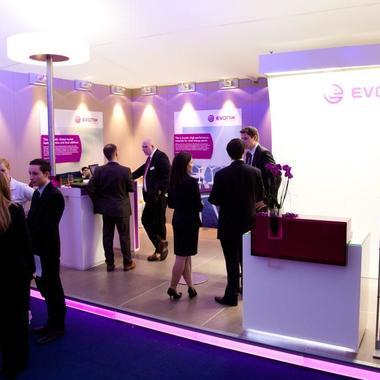 Auf Karrieremessen wird der Arbeitgeber Evonik erlebbar. Unternehmensvertreter stehen Rede und Antwort zum Karriereeinstieg bei Evonik.
