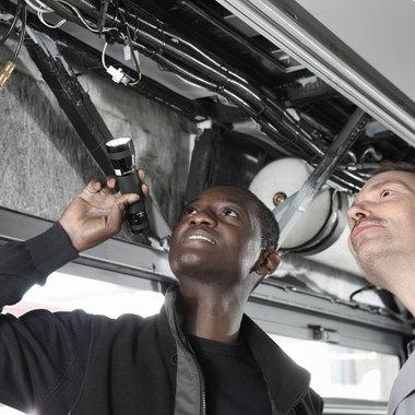 """Der Mann, der Busse """"quält"""": Unser Mitarbeiter und Versuchsingenieur bei der MAN Truck & Bus AG."""