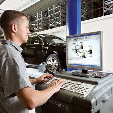 Umbauten mit hohem Improvisationsgrad: Unser Fachteamleiter bei der computergestützten Fahrzeugvermessung.