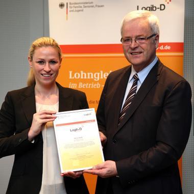 """Verleihung des Awards """"Logib-D geprüft"""" an unsere Managerin Miriam mit Staatssekretär Dr. Kues© Bildschön GmbH/Tanja Schnitzler"""