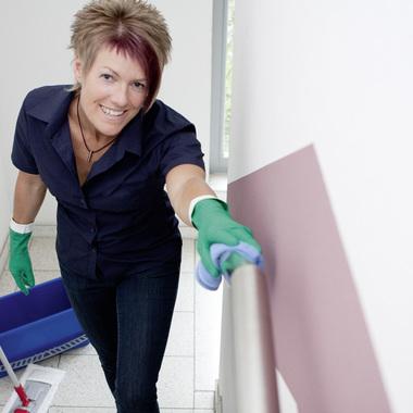 Eine Mitarbeiterin bei der Treppenhausreinigung