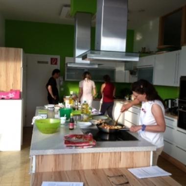 Bei einem unserer zahlreichen gemeinsamen Kochkurse im Rahmen von pumperl g'sund lernen wir die schnelle, gesunde Büroküche kennen.