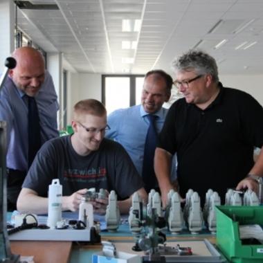 Inhaber Prof. Hans Georg Näder (rechts im Bild) auf Besuch in unserer Produktion