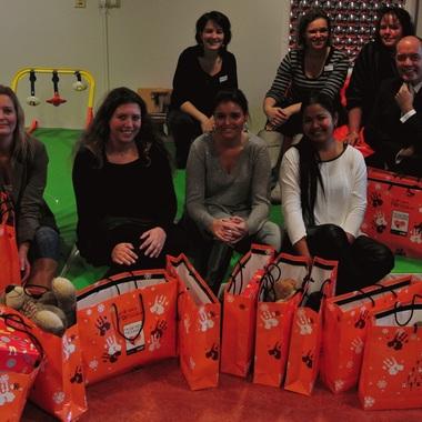 Die Regine Sixt Kinderhilfe Stiftung besucht zu Weihnachten Krankenhäuser auf der ganzen Welt und schenkt somit zahlreichen Kindern Freude in der Adventszeit.