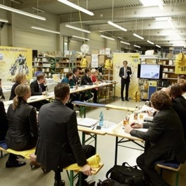 """Pressekonferenz  im Logistikcenter Europa, dem """"Herzstück"""" von MISUMI"""