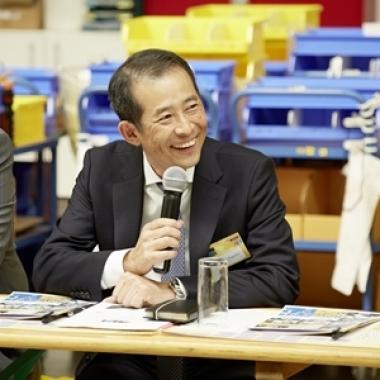 Yukihiko Nagaoka informiert die Presse über das Unternehmen.
