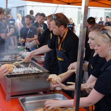Formula Student Event am Hockenheimring - Beim Grillabend packten alle mit an.