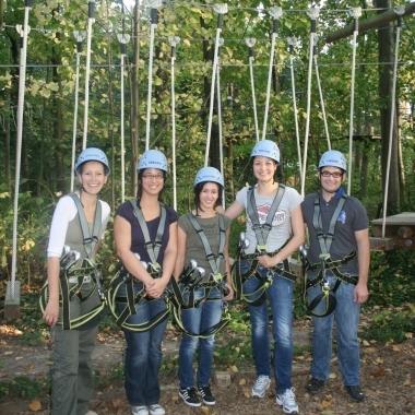 Unser HR-Team im Hochseilgarten beim Klettern.