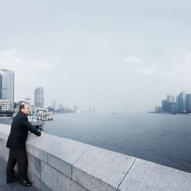 HELLA ist ein international agierendes Unternehmen, hier mit einem Mitarbeiter an der Skyline von Shanghai