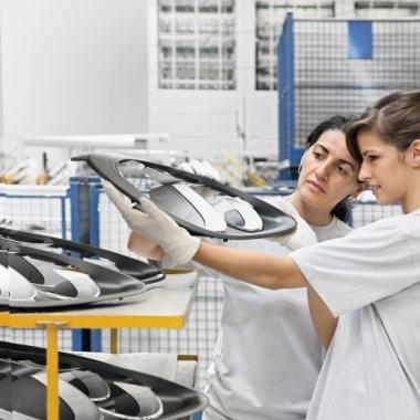 Scheinwerferabdeckrahmen werden vor der Weiterverarbeitung auf ihre Qualität hin überprüft