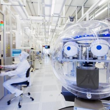 Unser werkseigener Roboter AMOR aus Dresden, der mit den Augen klimpern und Daten kommunizieren kann.