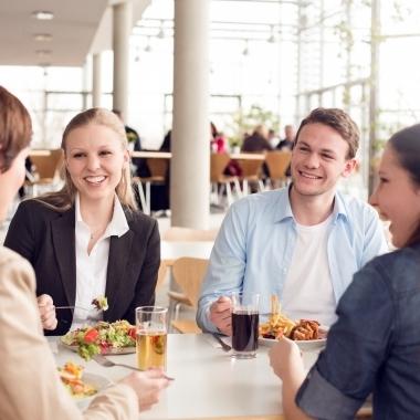 In allen fünf Betriebsrestaurants wird eine große Auswahl an Speisen und Getränken angeboten.