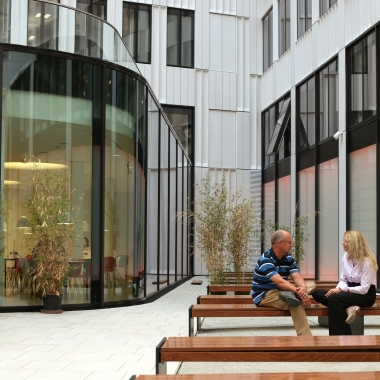 Mittagessen und kurze Meetings können im Sommer auch an der frischen Luft stattfinden - im Innenhof.