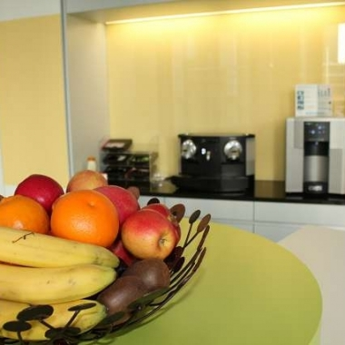 Frischer wöchentlicher Früchtekorb, gratis Kaffee, Tee & Wasser